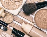 Fundacyjni makeup produkty z fachowymi muśnięciami fotografia stock