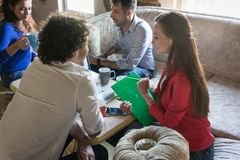 Fundadores de la reunión de lanzamiento de negocios sobre el sofá viejo de las abuelas Imagen de archivo libre de regalías