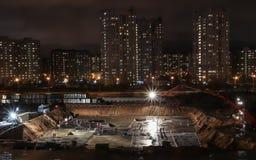 Fundament av byggnad under konstruktion på natten Royaltyfri Foto