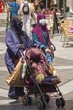 Fundamentalistischer moslemischer Fraueneinkauf Stockbilder