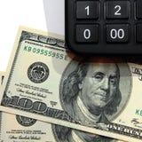 Fundamenteel honderd-dollar rekeningen met calculator royalty-vrije stock foto's