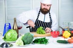 Fundamentele het koken procédés Mensen hoofdchef-kok of amateur kokend voedsel Scherpe messen hakkende groente Bereid ingrediënt  stock fotografie