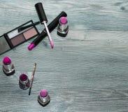 Fundamentsminkprodukter: pulver med makeup borstar, korrigeringsblyertspennan, abc-bok, vätskefundament Arkivfoto