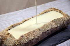 Fundente do queijo no pão rústico imagens de stock royalty free