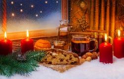 Funderad vin och julkaka Royaltyfri Fotografi