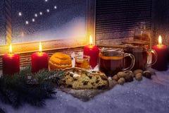 Funderad vin och julkaka Arkivfoto