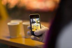 Funderad vinbild på smartphonen på jul Arkivbilder