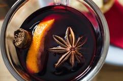 Funderad vinfast utgift på jultabellen arkivbilder
