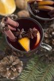 Funderade traditionell varm alkohol för jul vin i exponeringsglas rånar med art och apelsinen på en träbakgrund kopiera avstånd royaltyfri foto