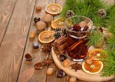 Funderade vin, kryddor och muttrar Arkivfoton