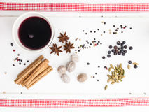 Funderade vin- och julkryddor med det röda bandet Royaltyfri Fotografi