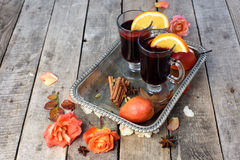 Funderade vin och kryddor på träbakgrund Arkivbild