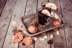 Funderade vin och kryddor på träbakgrund Fotografering för Bildbyråer
