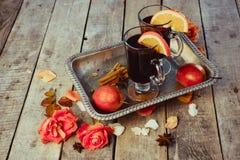 Funderade vin och kryddor på träbakgrund Royaltyfri Bild