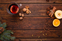 Funderade vin, stansmaskin och kryddor för glintwine på bästa sikt tappningför trätabellbakgrund Arkivfoton