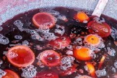Funderat rött vin med frukter Royaltyfria Bilder