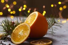 Funderat rött vin med kryddor och apelsinen på mörk bakgrund Värmedrink arkivfoto