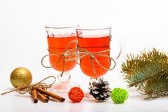 Funderat vin eller varm dryck i exponeringsglas med garnering och kanelbruna pinnar Juldrinkbegrepp Exponeringsglas med Royaltyfria Foton