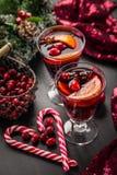 Funderat vin eller varm stansmaskin med tranbär för Xmas royaltyfria foton