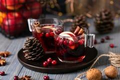 Funderat vin i exponeringsglas på en träbakgrund Äpplen tranbär, kanel, stjärnaanis fotografering för bildbyråer