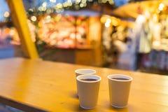 Funderat vin i pappers- koppar på jul marknadsför Arkivbilder