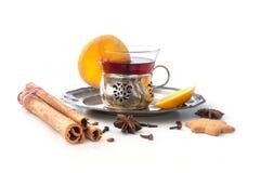 Funderat vin, julstansmaskin med apelsinen och kryddor isolerade intelligens Royaltyfria Bilder