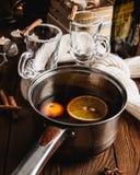 Funderat vin med den kanelbruna apelsinen royaltyfri foto