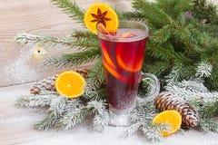 Funderat vin med det dekorerade julträdet Arkivbild