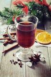 Funderat vin med kryddor Arkivfoto