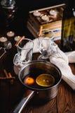 Funderat vin med kryddor och citrusfrukt arkivfoton