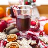 Funderat vin med kryddor och pepparkakakakor Royaltyfria Foton