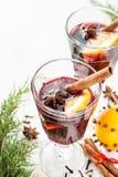 Funderat vin med orange skivor på vit - övervintra värmedrinken Royaltyfri Bild