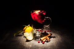 Funderat vin på en svart bakgrund Arkivbild