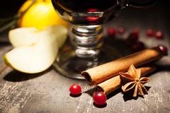Funderat vin på en svart bakgrund Fotografering för Bildbyråer