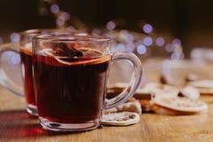 Funderat vin rånar in med halsduken på trätabellen royaltyfri fotografi
