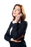 Fundersam affärskvinna som talar på telefonen Arkivbild