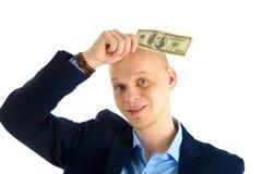 Fundersam affärsman i dräkt på hållande kassa för vit bakgrund Tänka om danandepengar royaltyfria bilder