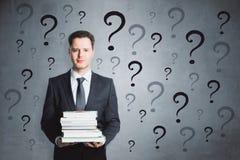 Fundersam affärsman med frågor arkivbild
