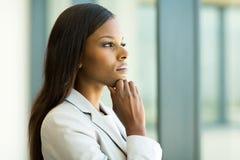 Fundersam afrikansk affärskvinna Royaltyfri Fotografi