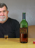 Fundersam alkoholiserad vuxen man Arkivfoto