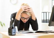 Fundersam arbetare som i regeringsställning ser affärslegitimationshandlingar arkivbild