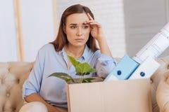 Fundersam arbetslös kvinna som betraktar hennes aktuella position Arkivbild