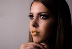 Fundersam attraktiv bärande makeup för ung kvinna royaltyfri fotografi
