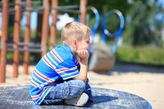 Fundersam barnpojke eller unge på lekplats Royaltyfri Bild
