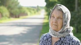 Fundersam blick av den allvarliga äldre kvinnan Närbild lager videofilmer