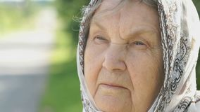 Fundersam blick av den allvarliga äldre kvinnan Närbild stock video