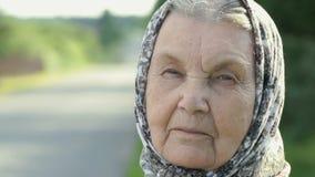 Fundersam blick av den allvarliga äldre kvinnan Närbild arkivfilmer