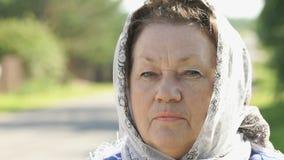 Fundersam blick av en vuxen mogen kvinna Närbild stock video
