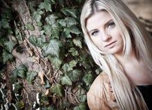 fundersam blondin Arkivbild