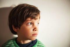 Fundersam caucasian pojke royaltyfri foto